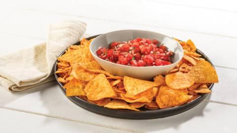 Chips de maïs et salsa épicée aux tomates