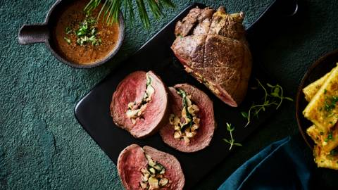 Roulade de biche, raviolis maison de patate douce et sauce gibier