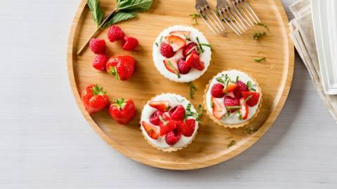 Tartelettes aux framboises et aux fraises fourrées au yaourt et au mascarpone