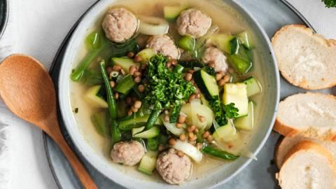 Soupe-repas estivale aux boulettes et gremolata