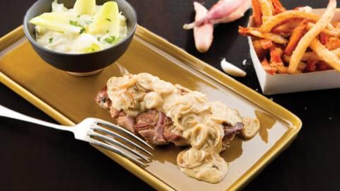 Pintade, sauce moutarde et échalotes, salade de chicons et frites de panais