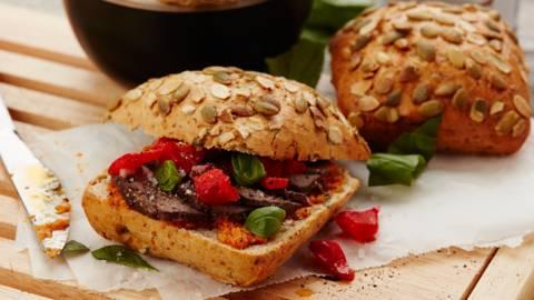 Petit pain et rôti de biche mariné, poivron