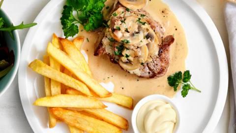 Steak, frites et sauce crème-champignons