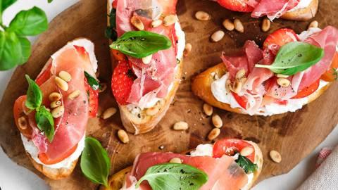 Bruschetta aux fraises, ricotta et jambon