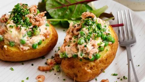 Pomme de terre soufflée à l'œuf, aux crevettes et au saumon