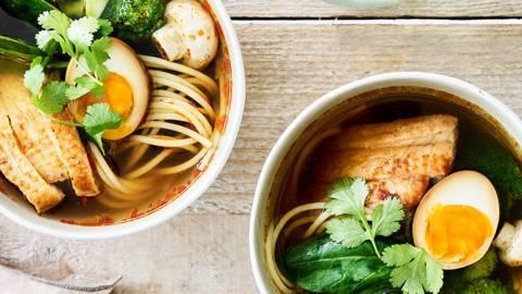 Soupe aux nouilles au magret de canard, épinards et œuf au soja