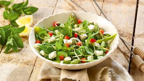 Salade fraîche aux légumes de printemps et à la feta