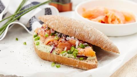 Petit pain au saumon mariné, avocat et crème aigre