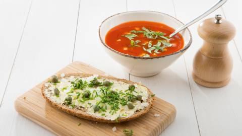 Soupe de légumes à la tomate, feta et sauce chili
