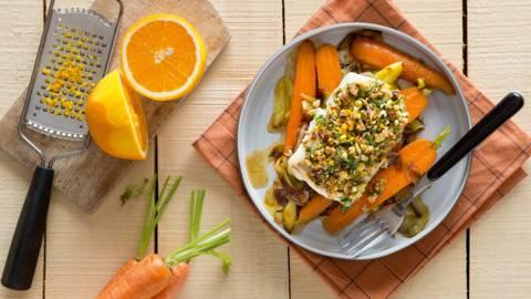 Cabillaud en croûte d'herbes et de noix sur lit de poireaux et de carottes