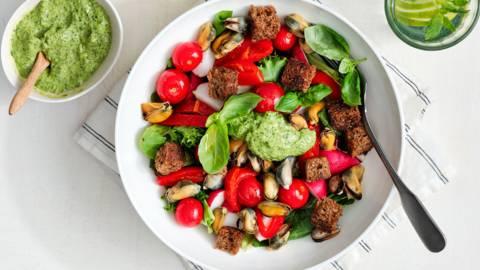 Salade estivale aux moules et salsa verde