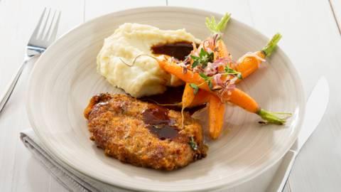 Tranches de porc panées aux jeunes carottes grillées