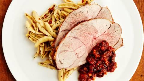 Gigot d'agneau avec pâtes et sauce tomate