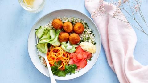 Poké bowl aux boulettes de crabe, riz de chou-fleur et radis