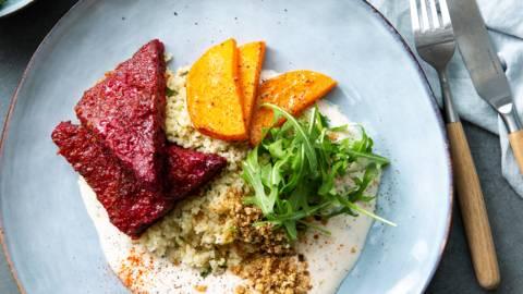 Salade de couscous aux burgers de betterave rouge et au potiron