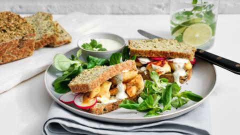 Sandwich au brocoli avec dés de poulet et sauce au fromage blanc