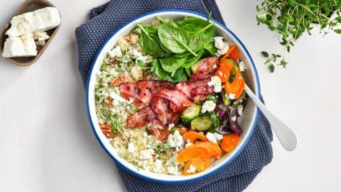 Salade hivernale aux choux de Bruxelles, lard petit déjeuner et feta