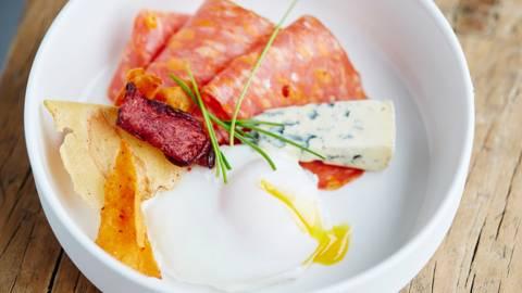 Œuf poché, salami italien et Fourme d'Ambert