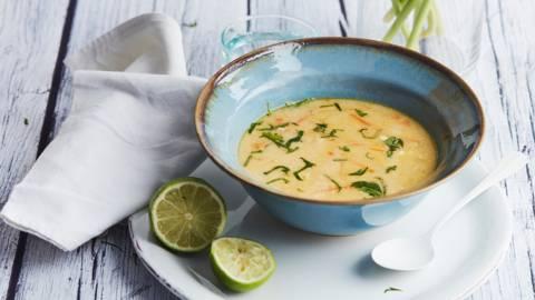 Soupe de poulet au citron vert et à l'œuf