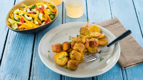 Mini brochettes de boulettes et rondelles de pommes de terre, salade estivale