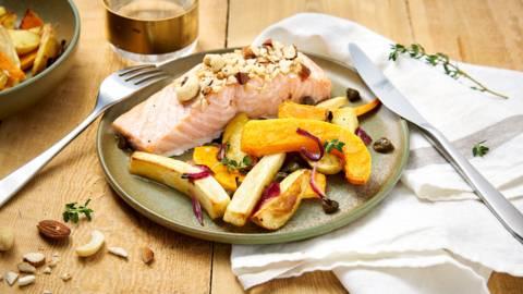 Sheet pan de saumon en croûte de noix, légumes grillés au four et vinaigrette aux câpres et citron