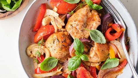 Poulet et légumes d'été au four