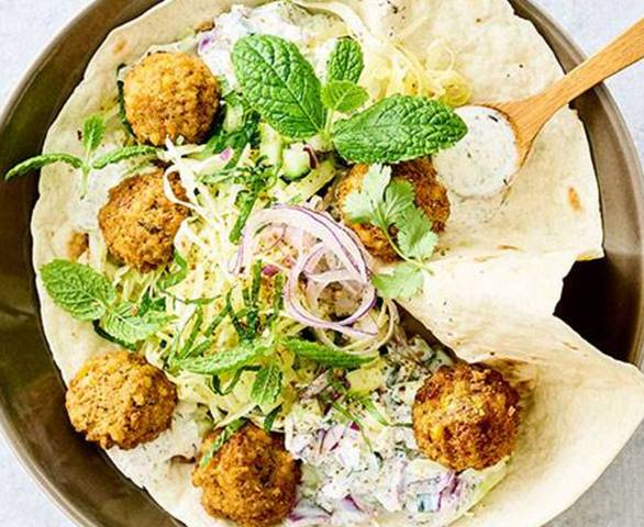 Falafel et dip au yaourt, salade de concombre et chou pointu