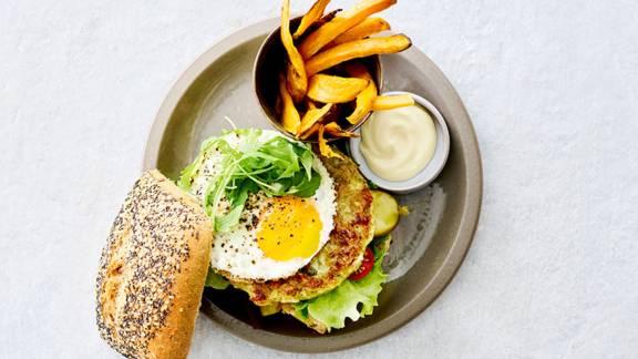 Burger de chou-fleur et brocoli et frites de patate douce