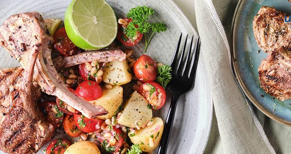 Côtes d'agneau grillées et salade tomates-pommes de terre