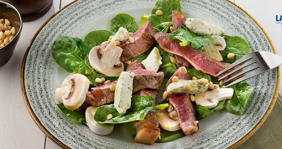Salade d'épinards et de champignons à l'entrecôte
