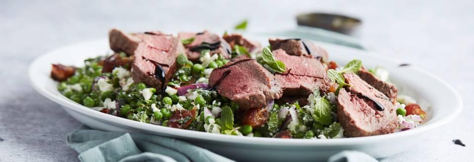 Salade de filets d'agneau aux petits pois, à la menthe et aux dattes
