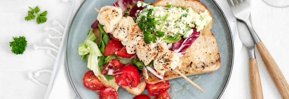 Toast grillé avec brochette de poulet et salade d'œufs