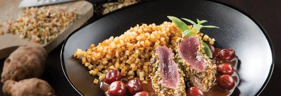 Steak de biche en croûte d'herbes, cerises du nord et légumes d'hiver
