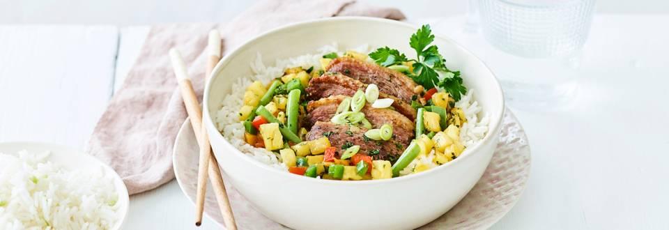 Magret de canard au wok, ananas et riz