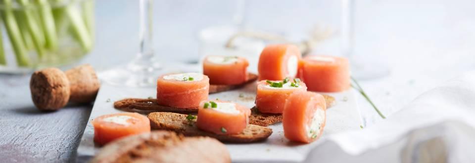 Rouleaux de saumon et fromage aux herbes