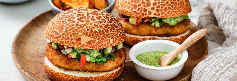 Burger de cabillaud exotique, salsa de légumes et chips de patate douce