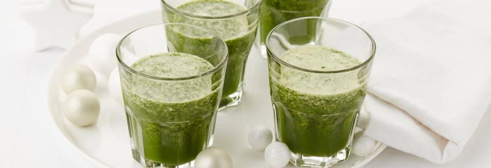 Smoothie de légumes aux épinards, au jus de pomme et aux fines herbes