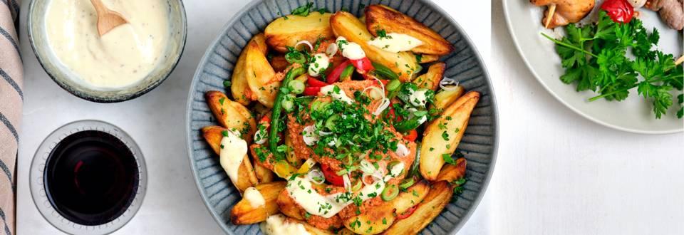 Gourmet de fête accompagné d'une salade de patatas bravas