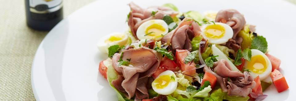 Salade de rosbif aux œufs de caille et dattes