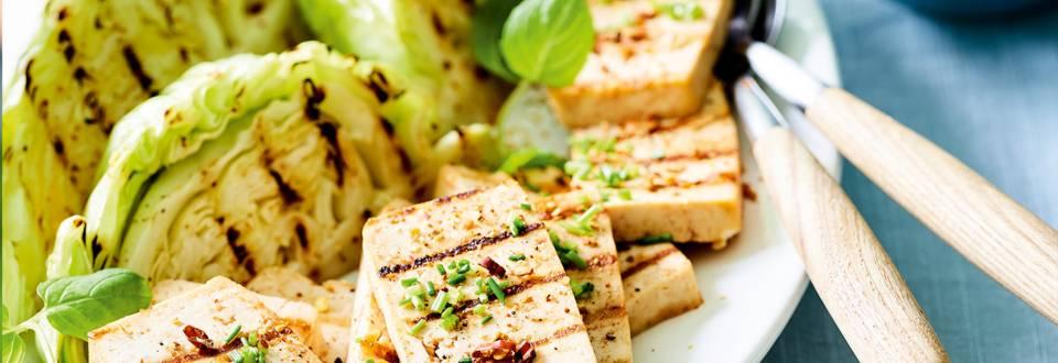 In bier gemarineerde tofu met witte kool en aardappelsla_main