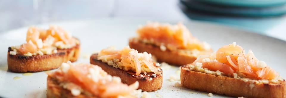 Petits toasts à la purée d'artichaut et au carpaccio de saumon