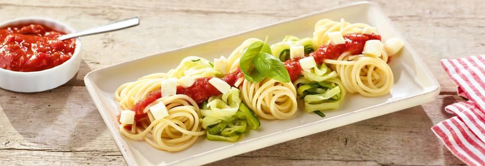 Pâtes bios et pâtes de courgette à la sauce tomate