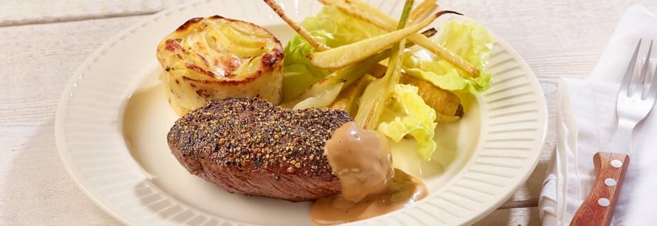 Steak au poivre au gratin de pommes de terre et à la sauce au poivre
