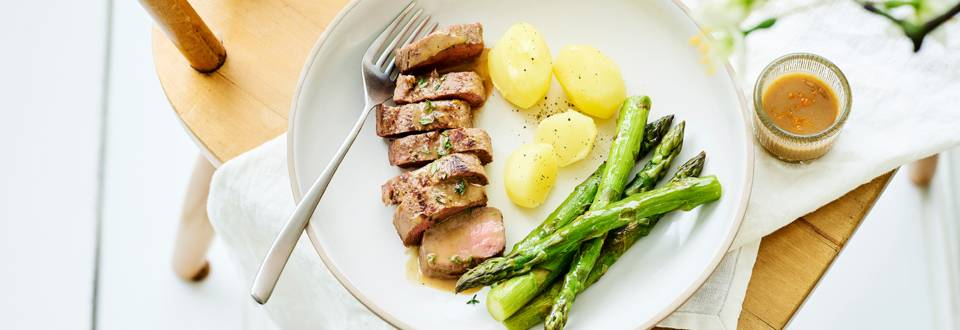 Filet d'agneau mariné au thym et au miel, asperges vertes et pommes de terre grenaille