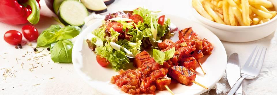 Brochettes cocktail à la sauce provençale accompagnées de salade multicolore et de frites