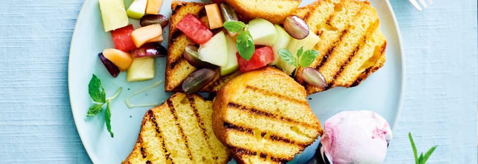 Gegrilde cake met warm fruit en ijs_main