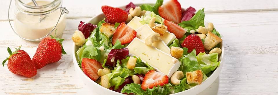 Salade-repas au brie et aux fraises