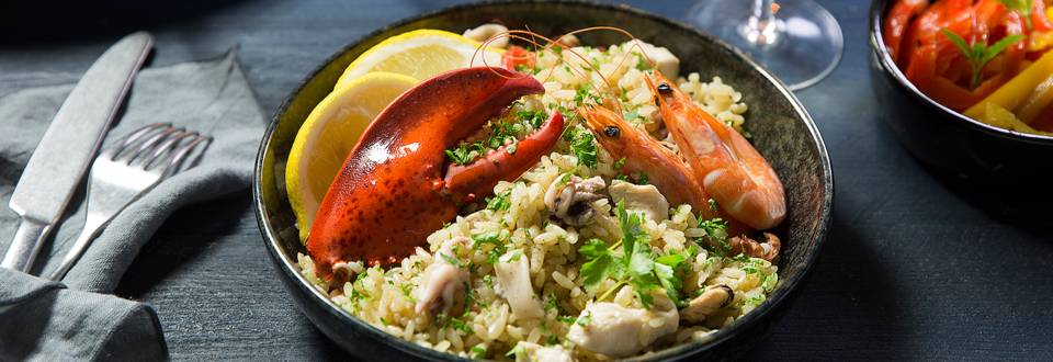 Paella au homard et salade de poivrons grillés