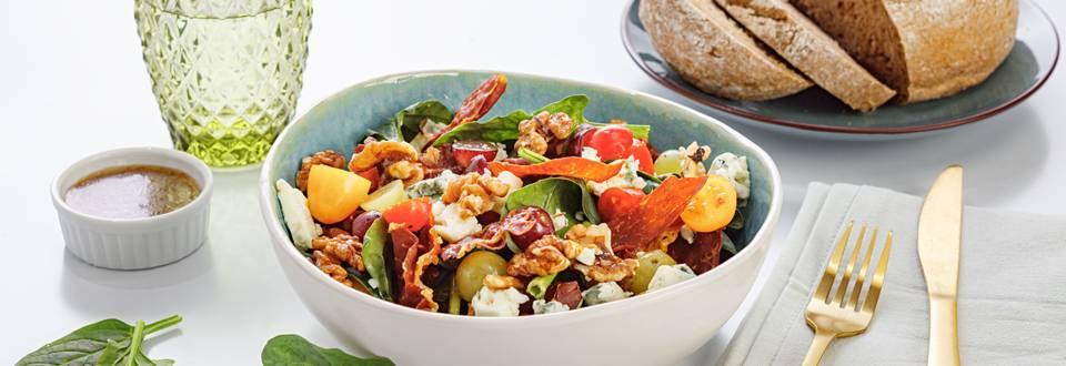 Salade d'épinards au jambon séché, aux raisins et aux noix