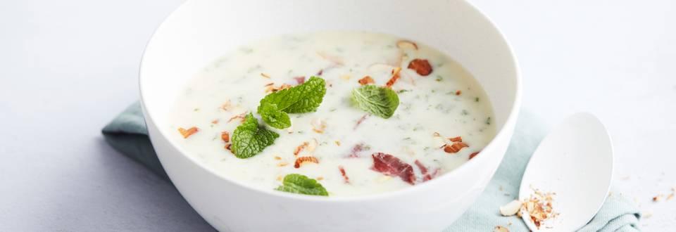 Soupe fraîche au yaourt, au canard fumé et à la menthe